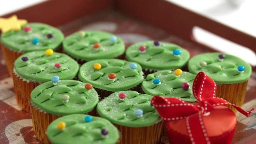 Ready to roll icing Christmas cupcake ideas by Renshaw Baking